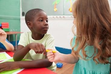 kids-sharing-one-pencil_BiejjJjR8g
