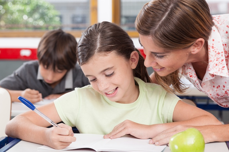 teacher-helping-a-girl-in-the-classroom_rjgXdqhALx.jpg